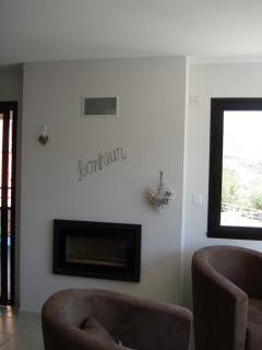 Salon avec feu au bois