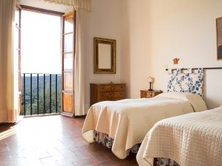 Stunning 4 bedrooom apartment with pool and amazing views just outside Florence