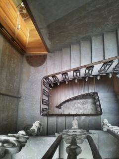Escalera. El apartamento está situado en el primer piso