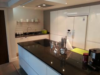 Modern Hi-Gloss White well equipped Kitchen, Neff Appliances and Granite Worktops