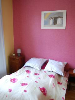 chambre avec un lit double et une armoire