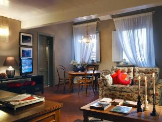 Stylish 3 bedroom apartment in Lucca Historical Centre, sleeps 6
