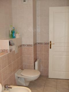 Large bathroom - fully tiled.