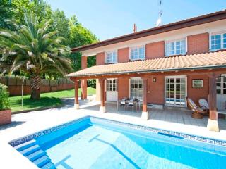 Villa entera,piscina,tenis,jardin,Hondarribia 13 km a San Sebastian.