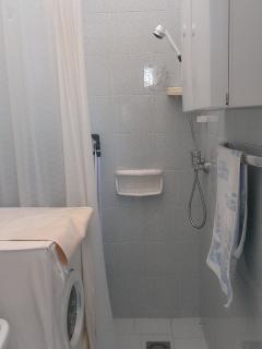Bagno con doccia e lavatrice piano inferiore