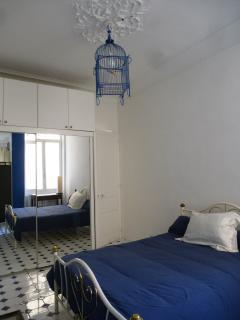 grande chambre agréable avec lit double