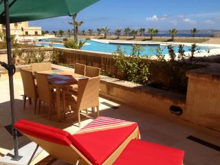 Luxury apartment with sea views, terrace and pool, Ghajnsielem