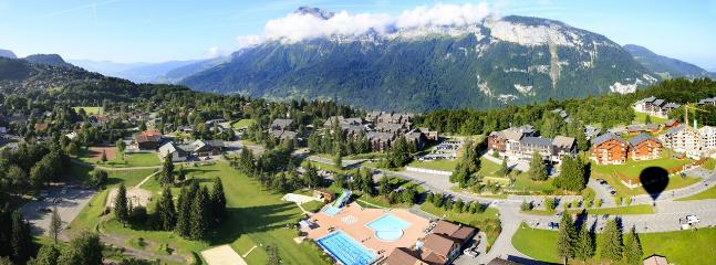 Leisure Centre  with swimming pool, indoor spa pools and tennis opposite Les Trappeurs