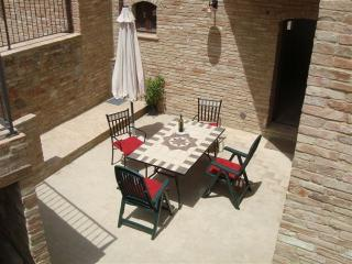 Bright and beautiful 4 bedroom Tuscan villa with pool, private garden and barbecue, sleeps 8, Montalcino