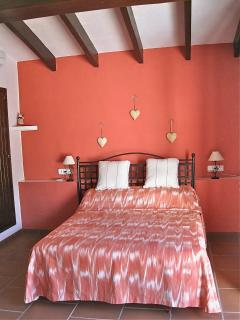 Master bedroom with en suite & air conditioning