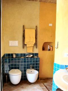 Bathroom with Designer Toiletries & Hand Made Decòr