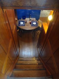 Le logement est accessible par un petit escalier de quelques marches.