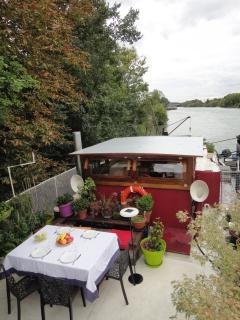 La terrasse pour manger dehors, le poste de pilotage et la Marne.