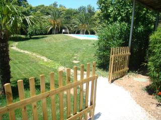 Lovely bungalow, swimming pool, near beaches, La Garde