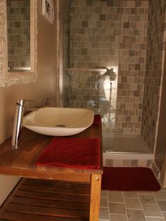 salle d'eau attenante à chaque chambre gîte 'Les Eyzies'