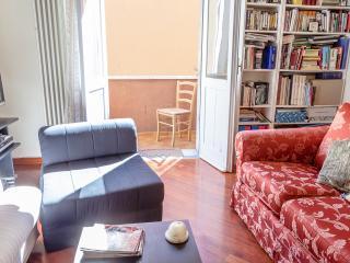 dal salotto si può notare l'accesso su un balcone dove poter godere del 'ponentino' r