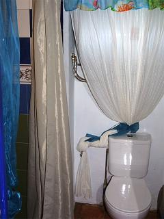 Bathroom with shower for the bedroom with private entrance from the blue patio