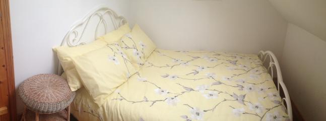 Yellow Room - Bright and pleasant with sky light - comfort for a single adult or young couple