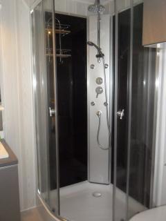 salle d'eau avec douche hydromassante