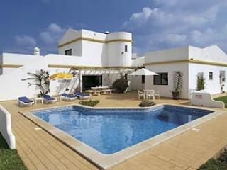 Lovely 4 bedroom villa with private pool, free air con and Wi-Fi, country views, alquiler de vacaciones en Faro District