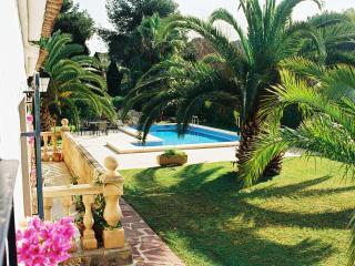 Delightful luxury 3-bed villa with pool, prestigious area, WIFI, near beach