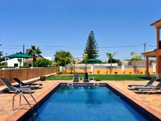 Villa SIMÃO, AC, pool, WiFi, pool, peaceful location, between Guia & Albufeira