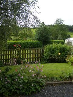 Private cottage garden,with BBQ and garden furniture + small safe paddock for games