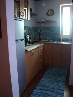 cucine complete di frigo a colonna, microonde, bollitore, piano cottura ...