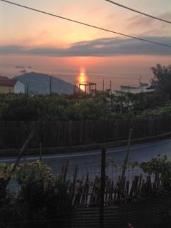 l'alba sul mare vista dalla casa