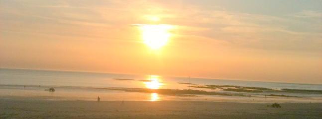 un coucher de soleil à pirou plage