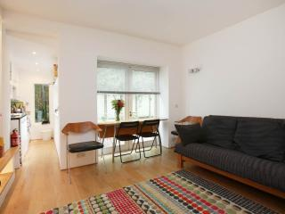 Lovely Notting Hill Apartment with Wifi-Sleeps 4/5, Londen