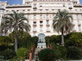 Sunny flat in Riviera Palace close to Cote d'Azur seafront, Menton