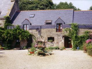 Bishops Well Cottage; 3 bedrooms; heated pool; spacious garden 45 mins coast