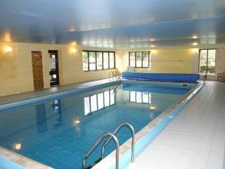 1 bed apartment set in 21 acres of land with heated swimming pool and sauna.