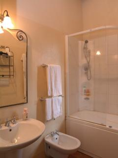 bathroom with jacuzzi tub and shower of the suite Il Pino