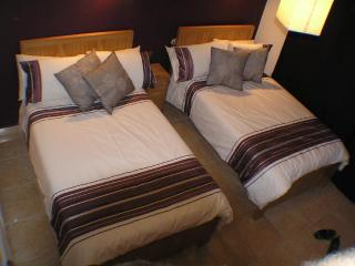 2 Queen Size Beds (UK Double) with Contemporary Linen