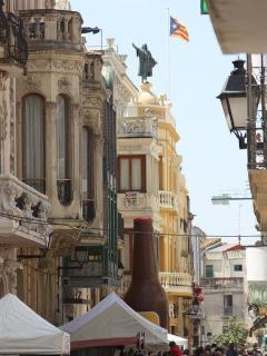 edificios modernistaa de la calle principal, con el nuestro justo detrás de la cerveza gigante