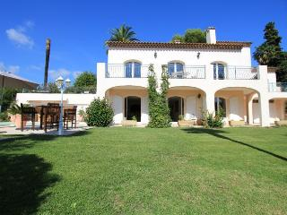 Villa with garden apartment under arches.