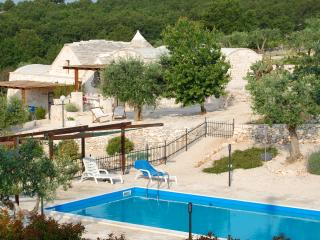 Luxury Puglia Trullo, Solar Heated Pool,Stunning Views, AC, WiFi.In olive groves