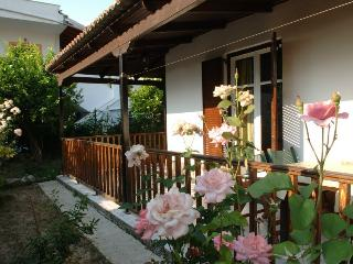 Secluded Cottage 2 minutes walk from  Beach for 4-6 Person