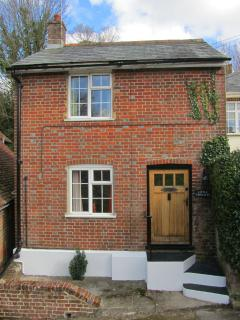 Charming character cottage for couples on the edge of the New Forest, modern new furnishings
