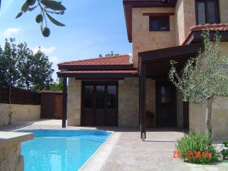 VILLA WITH PRIVATE POOL AND FREE CAR, Paphos