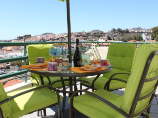 Sea Breeze - Large apartment & free WIFI, Funchal