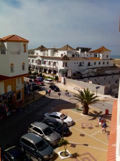Vista desde la terraza; al fondo a la derecha, la playa