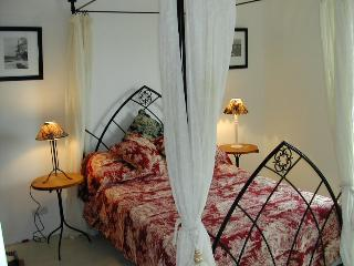 The master bedroom with four poster bed and ensuite wc and shower