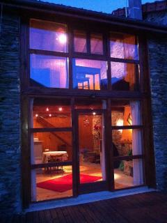 vue de l'intérieur depuis la terrasse la nuit