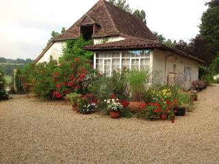 Courtyard Cottage - surrounded by flowering oleander, perfect for a family of 4