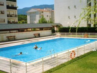 JACA, céntrico y con piscina.