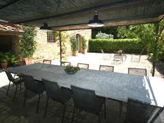 Alfresco dinners at Castellare de Sernigi villa in Chianti