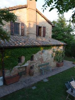 La struttura in pietra del casale ottocentesco lo rende fresco anche in piena estate